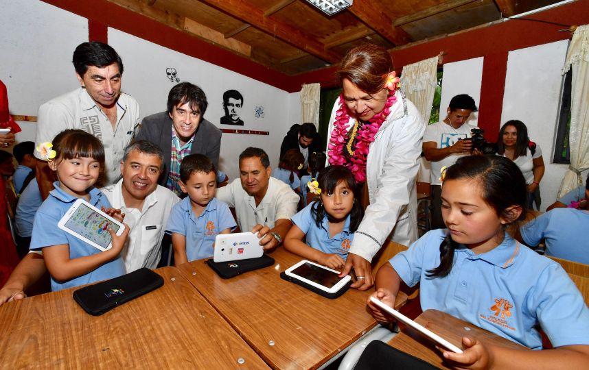 Entel y País Digital lanzan programa de inclusión digital y conservación de la lengua rapanui